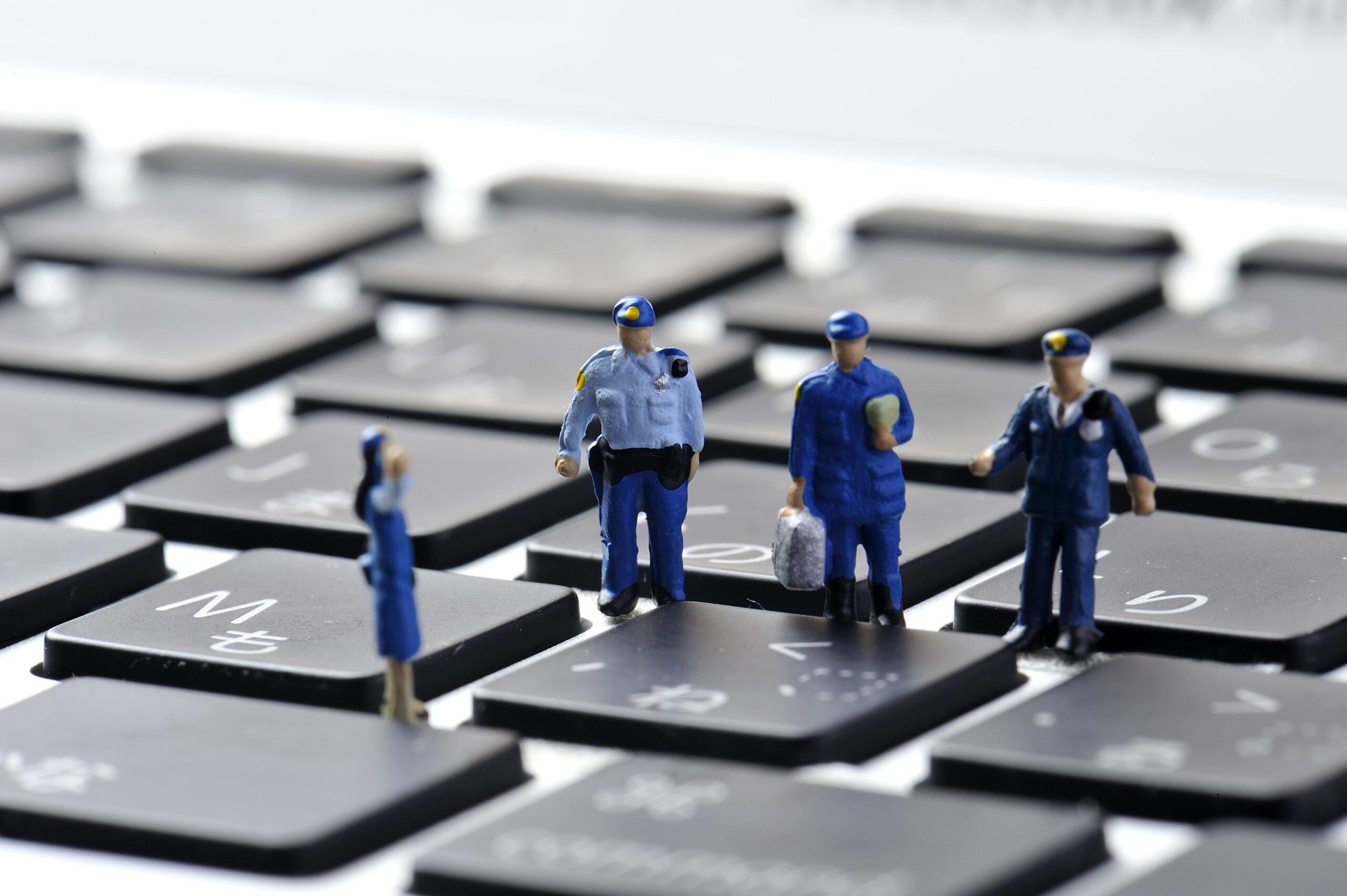 Figuren einer Modelleisenbahn auf Tastatur